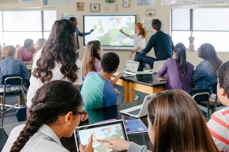 L'écran interactif remplace les vidéoprojecteurs dans les salles de classe et de formation